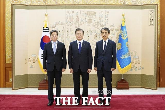 """文대통령, 이흥구 대법관에 임명장…""""다양한 가치 반영 기대"""""""