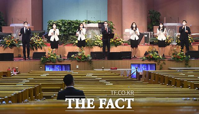 [TF포토] 필요인원만 참석해 열리는 예배