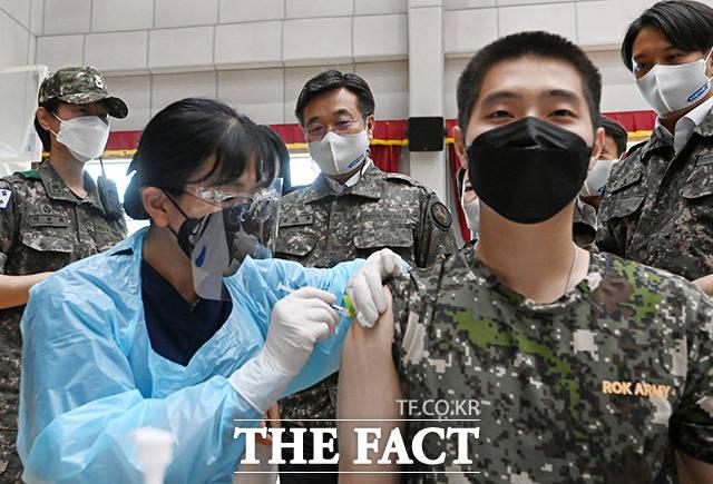 윤호중, '군 장병 백신 접종' 현장 방문 [TF사진관]